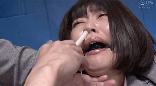 鼻浣腸されて鼻腔を犯され嗚咽し鼻からダラダラ液体を垂れ流す。